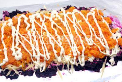 Третьим слоем тертую морковь, солим и смазываем майонезом