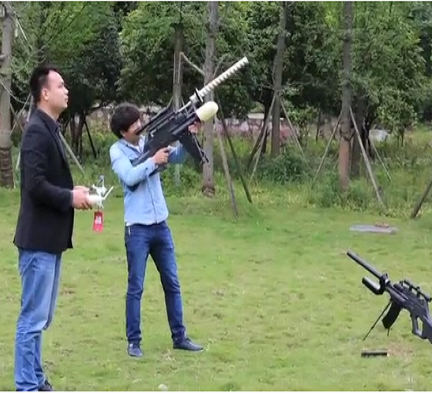 В Китае испытали уникальную винтовку против дронов: видео