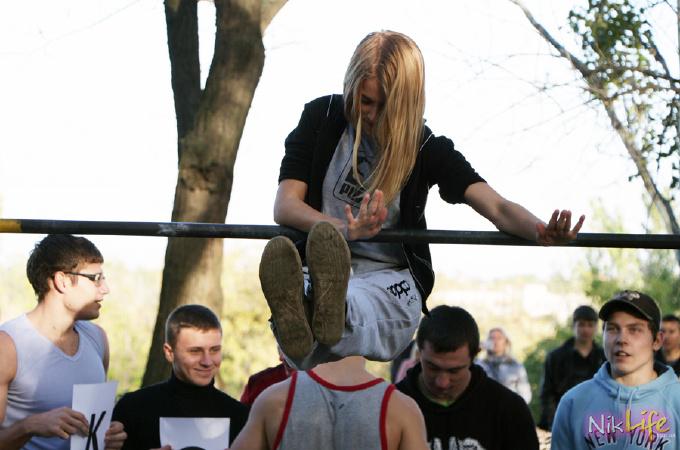 Девушки на турниках презентовали в Николаеве WORKOUT площадку