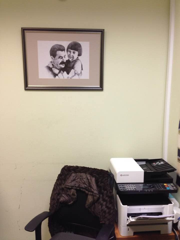 """""""Где еще такое возможно, чтобы тиран, уничтоживший миллионы, красовался в приемной"""": Ярославского омбудсмена раскритиковали за портрет Сталина с девочкой"""