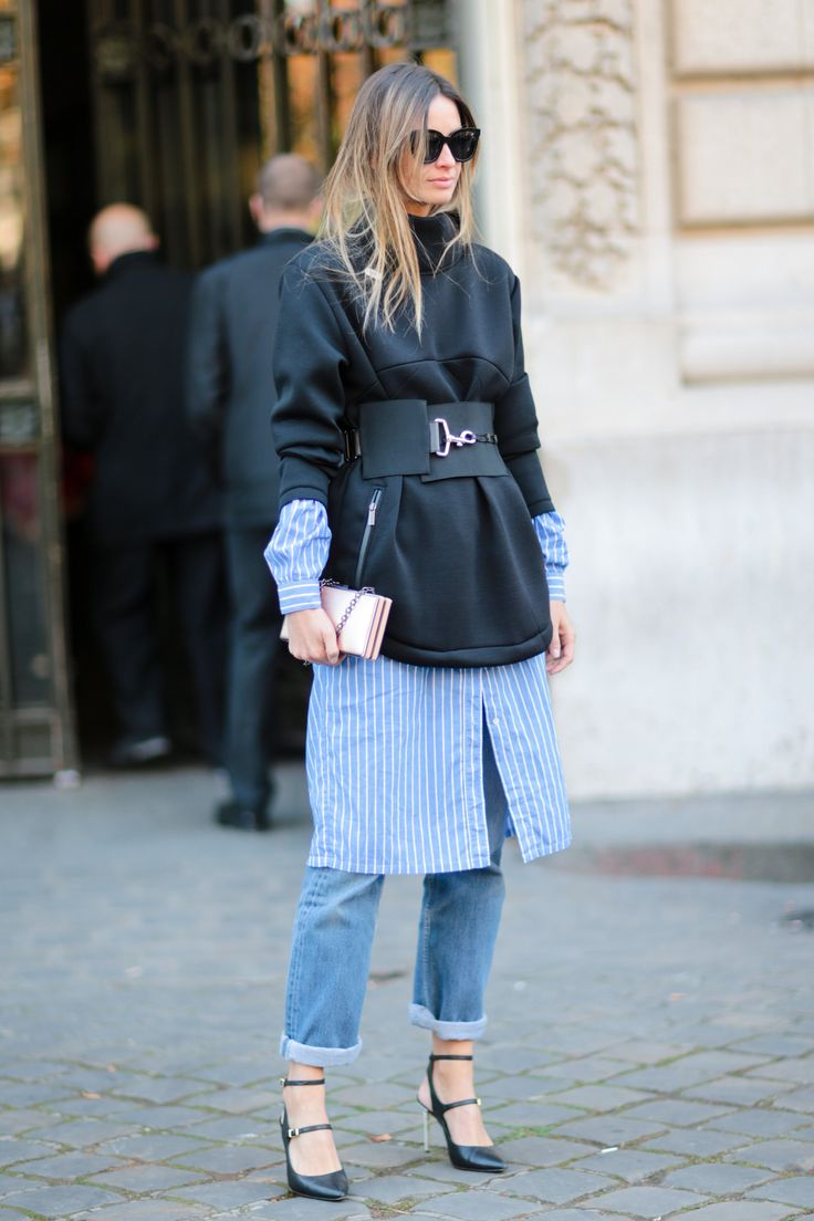 Девушка в платье-рубашке и джинсах