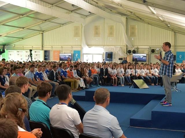 """Премьер-министр Дмитрий Медведев рекомендовал молодым преподавателям стараться заработать """"еще что-то"""","""