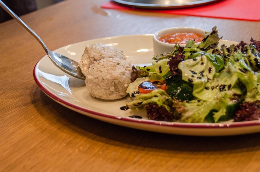 Полезные котлеты из индейки на пару с овощным салатом © Алексей Федоров