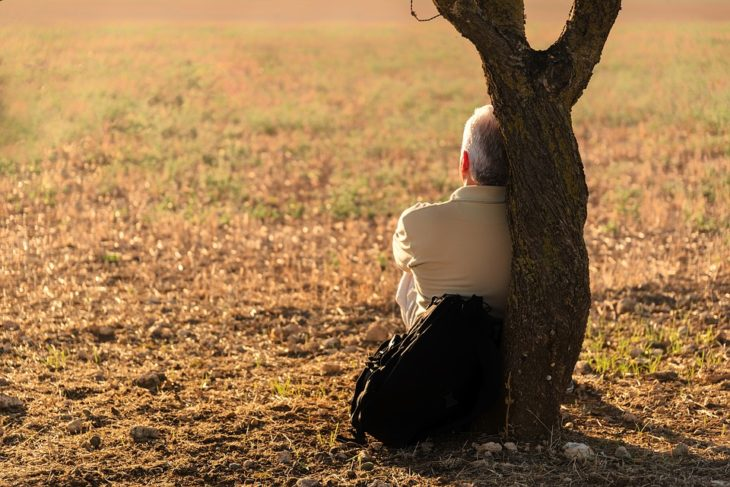 Ученые назвали три периода в жизни, когда человек наиболее одинок