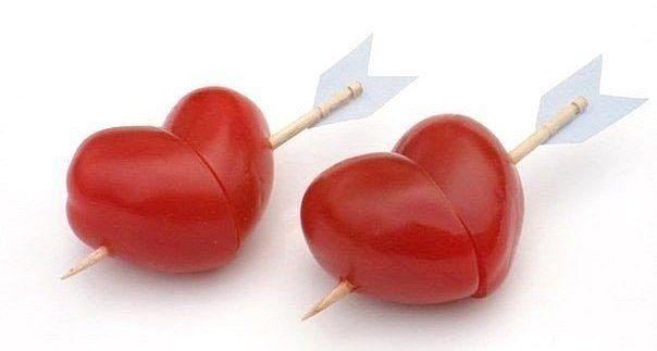 """Идея для романтического ужина Подойдут маленькие помидорки """"Черри"""". Хотя, можно сделать такие вкусные сердечки из виноградинок, клубничек и ещё чего-нибудь =)"""