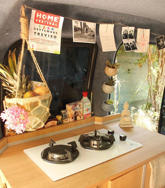 Девушка сделала даже маленькую кухню. девушка с шуруповертом, дом на колесах, переделать машину