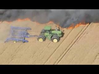 Отчаянный тракторист тушит пожар на своём поле