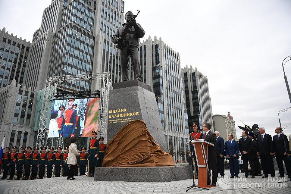 Ни стыда, ни совести: Макаревич гнусно высказался о памятнике Михаилу Калашникову