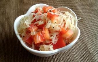 Салат из квашеной капусты с перцем