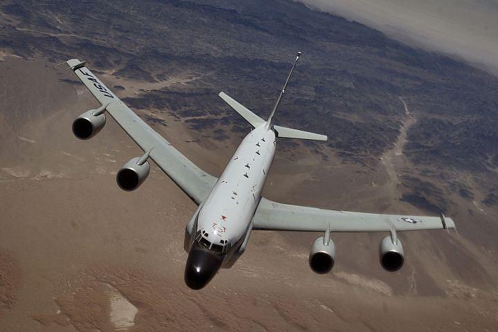 Американский самолет-шпион несколько часов летал у российских границ