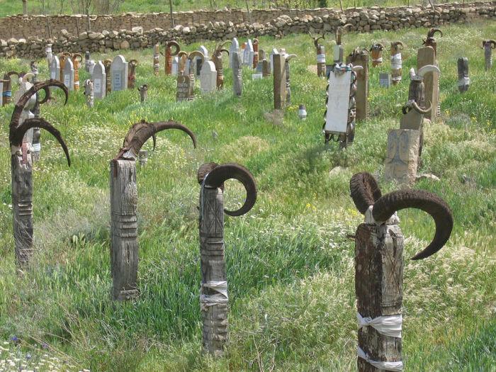 Могилы с рогами. Туркмены верят, что духи козлов и баранов помогают мертвым. /Фото:fergana.info