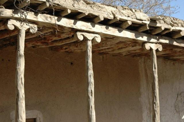 Узкие столбы, стилизованные под рога, подпирают крышу. /Фото: Ларисы Аранбаевой