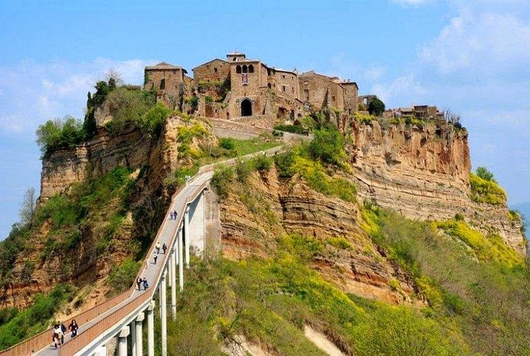 Чивита ди Баньореджо - город на вершине холма