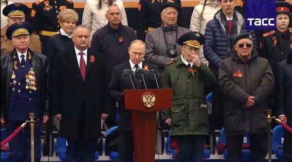Парад к Дню Победы 2017: президент Молдавии сидит рядом с Путиным