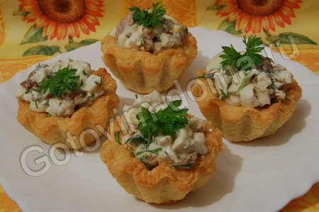 рецепт Корзиночки с грибным салатом