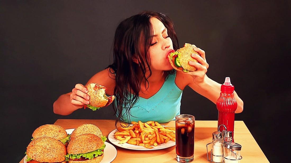Почему опасно есть перед сном