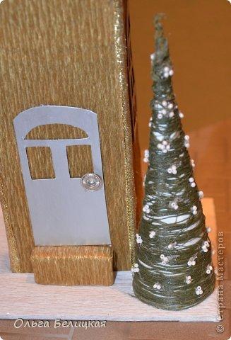 Мастер-класс Поделка изделие Новый год Рождество Моделирование конструирование Новогодний домик Упаковка для сладкого подарка своими руками Бисер Бумага Бумага гофрированная Бусинки Вата Картон Клей Ленты Проволока фото 18