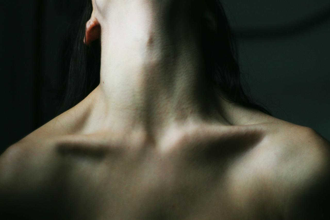 Фото когда девушку за шею
