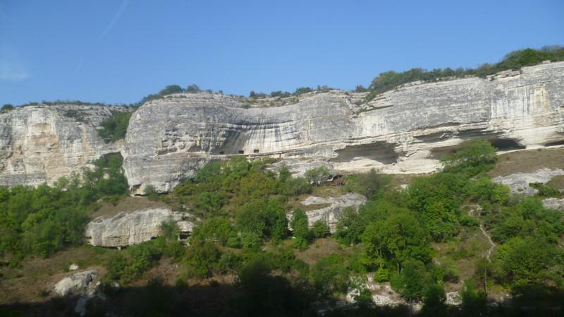 Вверху на плато древний город город Чуфут-Кале, крым, пещерный город, пещерный город Чуфут-Кале