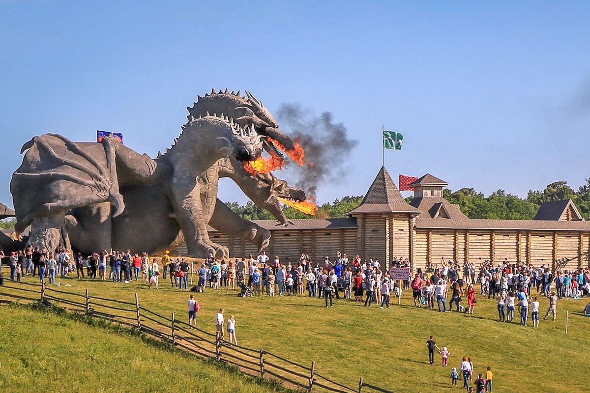 Иногда Змей Горыныч подбирается к крепости и начинает ее штурмовать