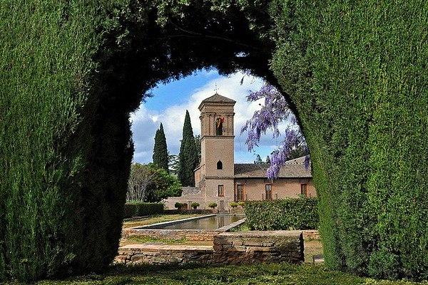 Величественный и роскошный дворец Альгамбра