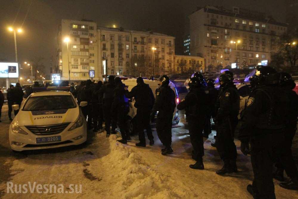 Драка с полицией, помидоры и яйца – радикалы попытались сорвать концерт Потапа и Насти в Киеве (ФОТО, ВИДЕО)
