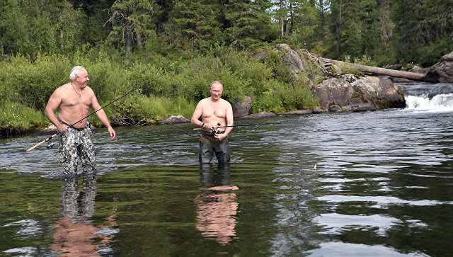Стало известно, чем питался Путин на рыбалке в Сибири