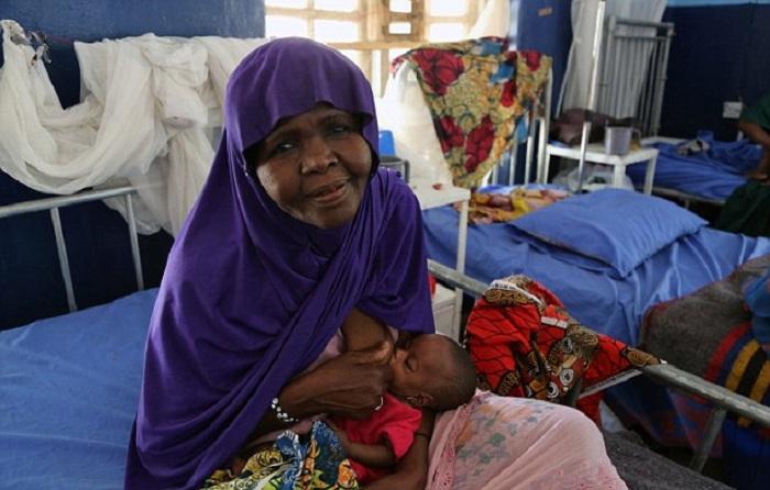50-летняя женщина спасла внучку от голодной смерти, начав кормить ее грудью
