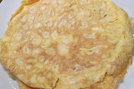 Яичные блинчики со шпротами и сливочным сыром: фото шаг 1