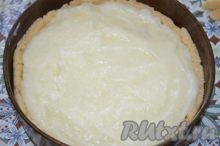 Можно посыпать яблоки корицей, это тоже очень вкусно. Залейте горячим кремом.