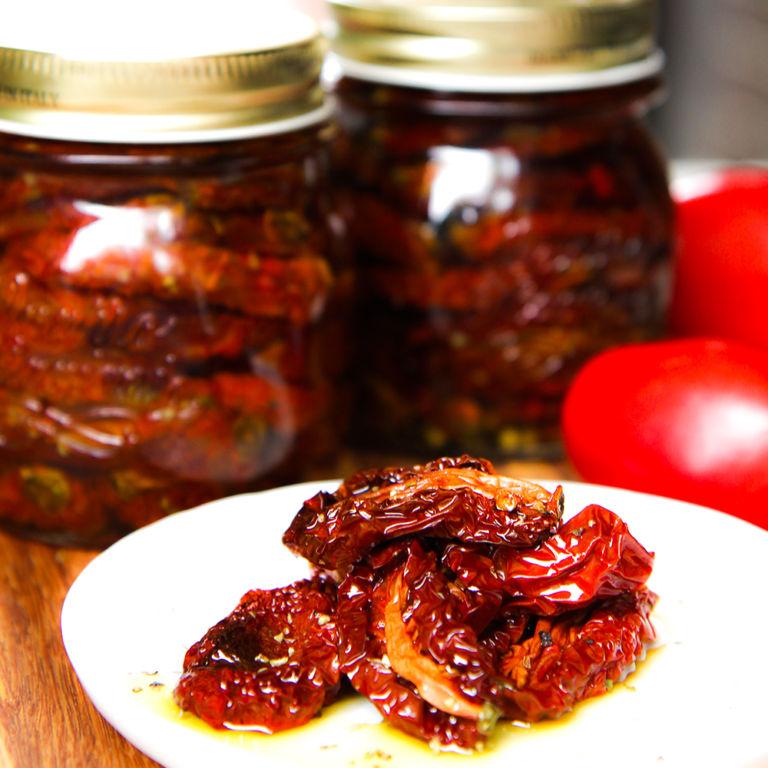 Салат с вялеными помидорами и моцареллой: пропорции, рецепт, советы по приготовлению