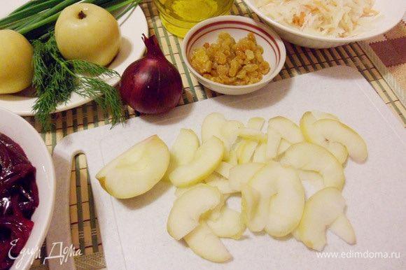 Моченое яблоко нарезать тонкими дольками, предварительно вырезав сердцевину с семечками.