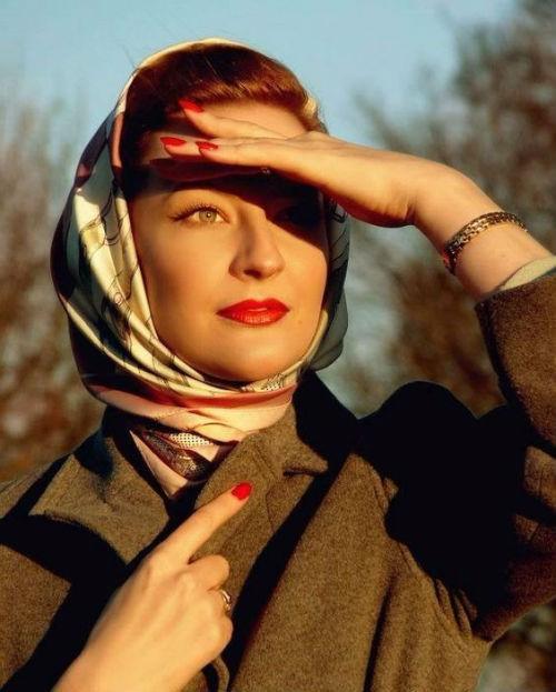 Возвращение тренда на платки: идеальный весенний головной убор