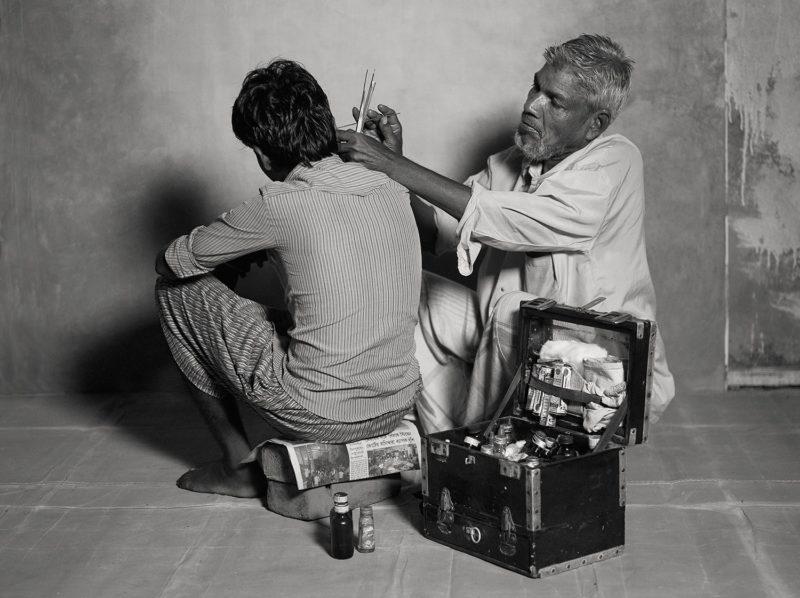Сколько зарабатывают чистильщик ушей, уличный астролог и другие представители исчезающих профессий в Индии