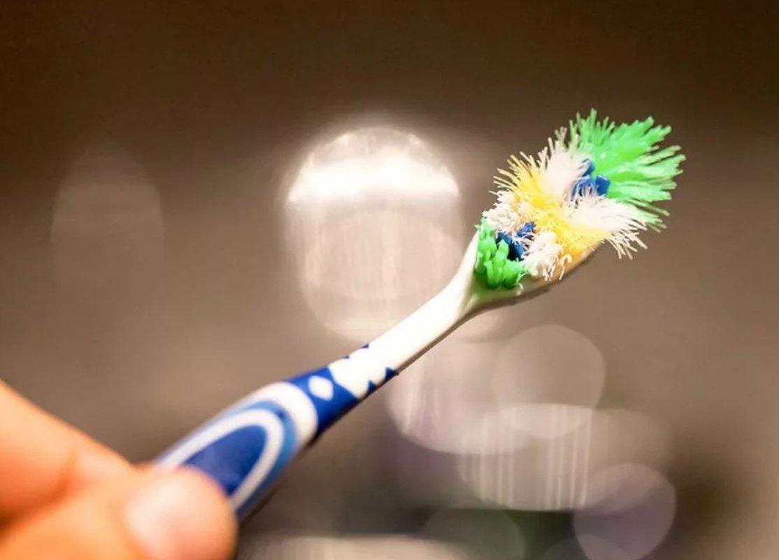зубная щетка в руке