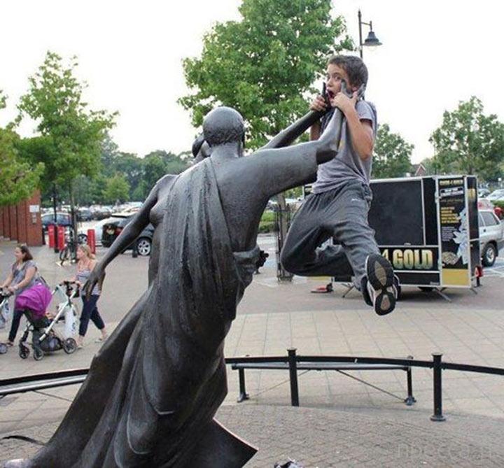 12 безумно смешных фото с памятниками. Это же додуматься до такого нужно было!