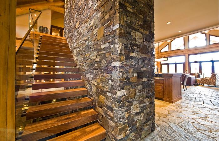 Великолепная лестница, которая привнесла в интерьер особый шарм и стала основной деталью интерьера.