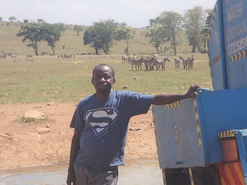 Кениец ежедневно проводит в дороге по несколько часов, чтобы напоить диких животных