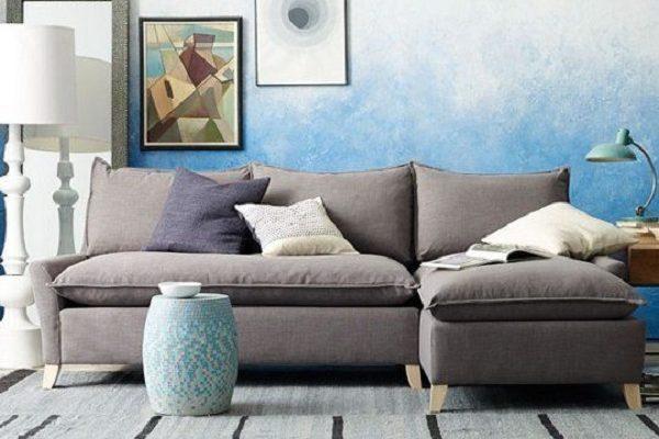 Она красит стену в синий цвет, но не до потолка… результат? шалость ради красоты!