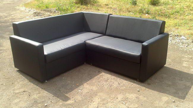 Самодельный угловой диванчик в черной экокоже