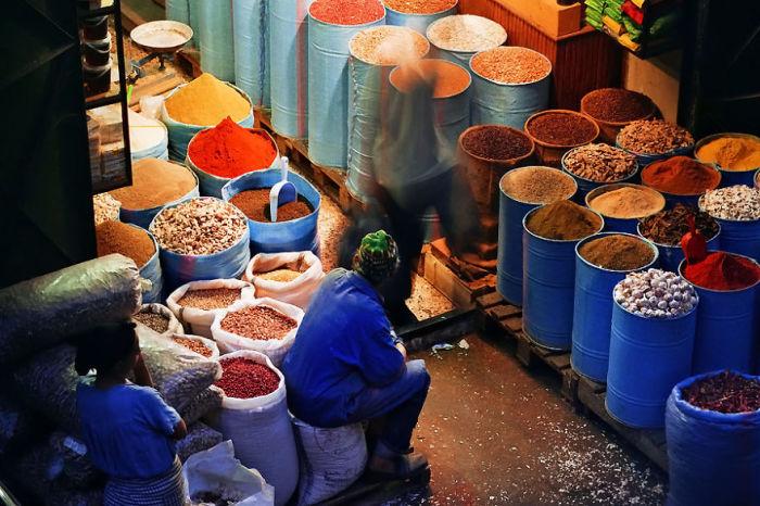Местный житель продает разный товар на одном из крупнейших базаров Марокко.