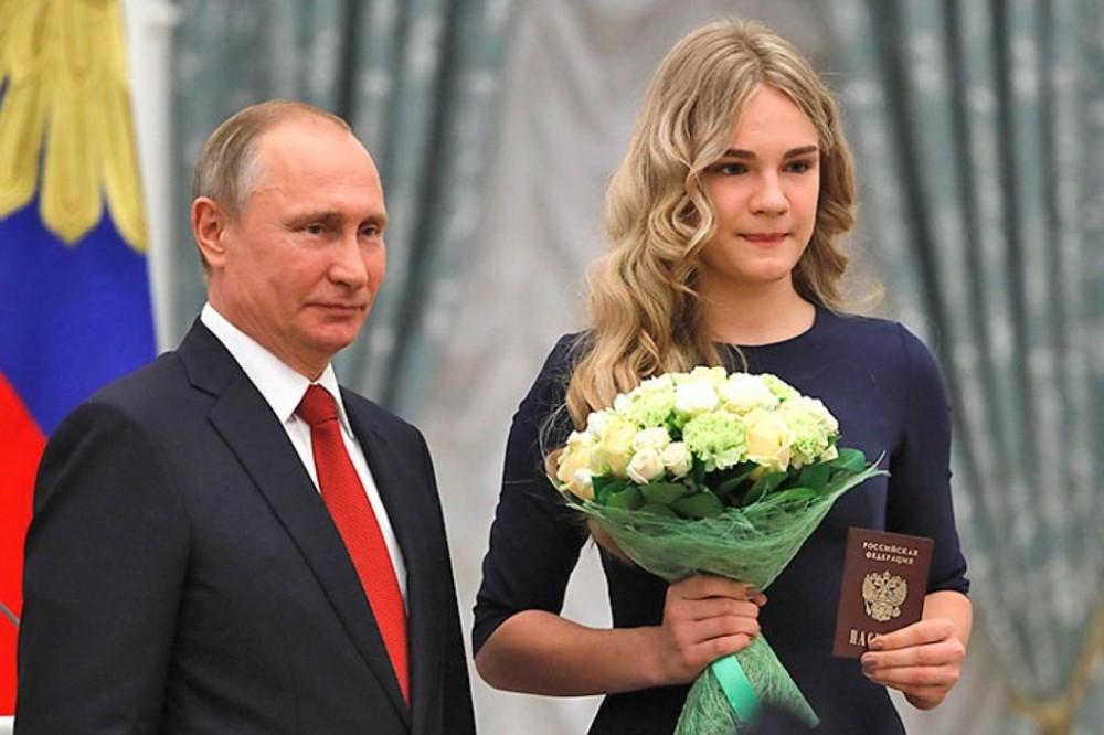 Президент РФ вручил школьникам паспорта