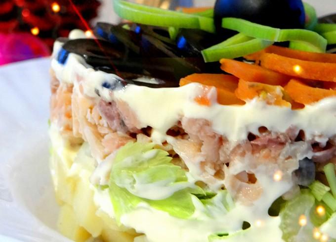 Слоёный салат с горбушей, сельдереем и маслинами