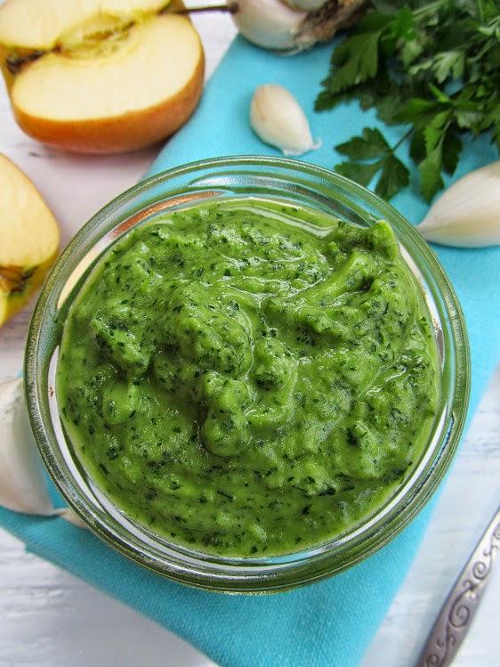 Соус из петрушки, чеснока и яблока - яркий, ароматный, свежий!