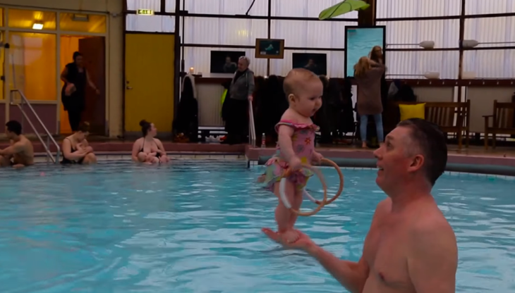 Есть в Исландии «заклинатель младенцев», у которого 3-месячные дети уже стоят