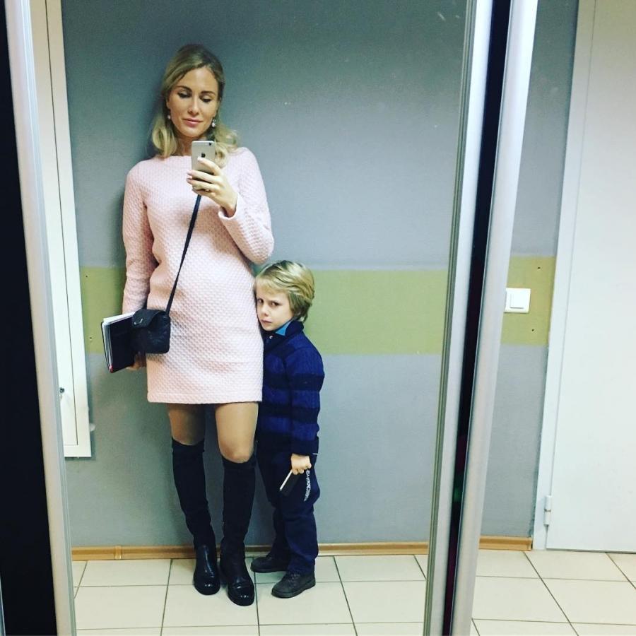 Кауфман и ее ребенок фото