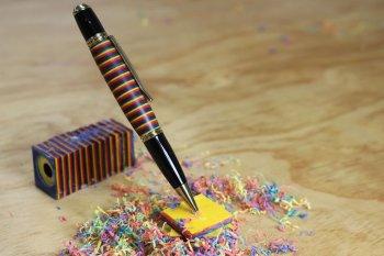 Яркий футляр для ручки из цветного картона