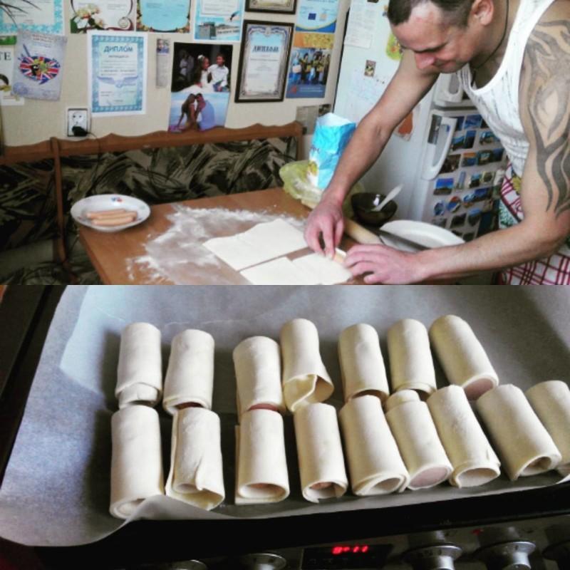 Сосиска в тесте для любимой жены готовка, еда, мужчины, на кухне, умелые руки