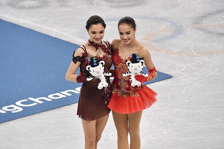 Фигуристка Медведева раскрыла «секрет странного белого шарфа» на олимпийской форме