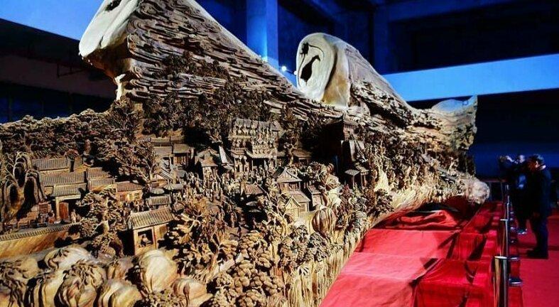 Мастер резьбы по дереву вырезал сотни ярких фигур и построек в стволе дерева